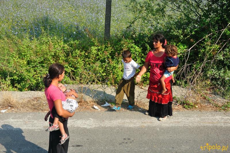Albania, granica - żebrzące cygańskie matki z dziećmi to częsty widok