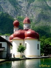 Niemcy, Bawaria - kościółek na półwyspie St. Bartolomä na jeziorem Königsee