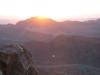 Zza gór półwyspu Synaj wynurza się Słońce