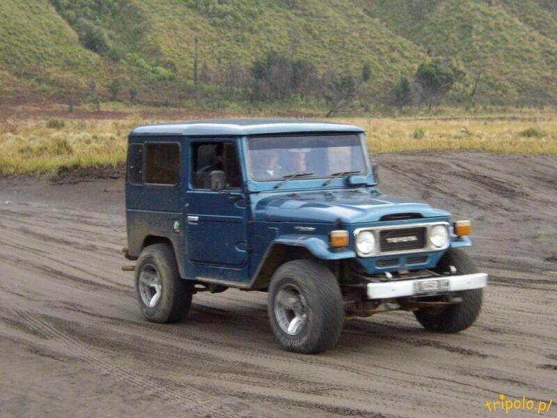 Terenówka dowożąca turystów w okolice wulkanu Bromo