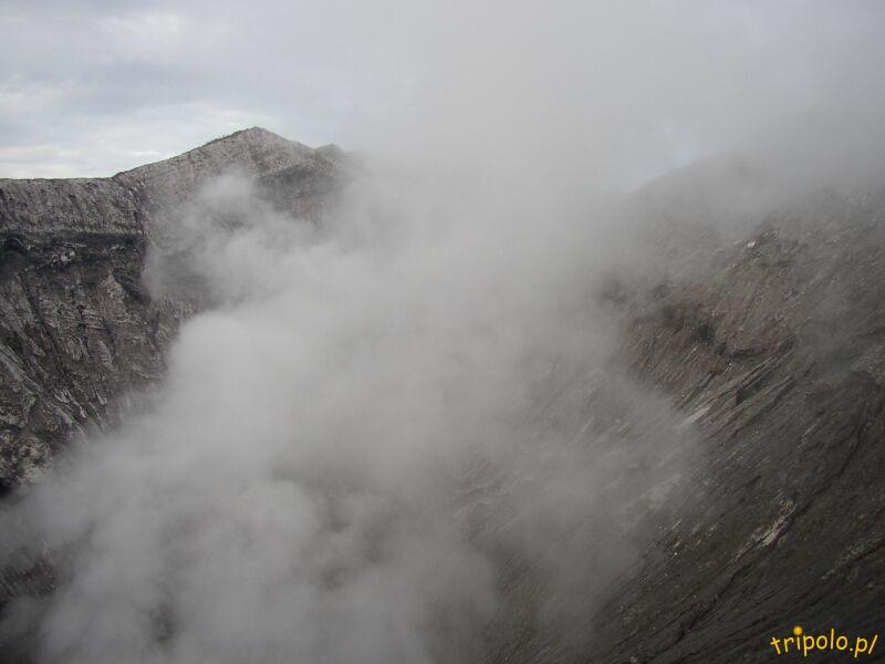 Siarczany dym nad kraterem wulkanu Bromo