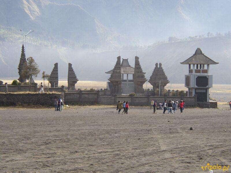 Hinduistyczna świątynia u stóp wulkanu Bromo