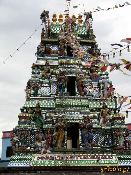 Kolorowe zdobienia nad wejściem do świątyni