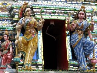 Figurki nad wejściem do hinduskiej świątyni w Johor Bahru
