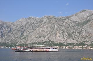 Wody Boki Kotorskiej otoczone są przez góry  i miasteczka