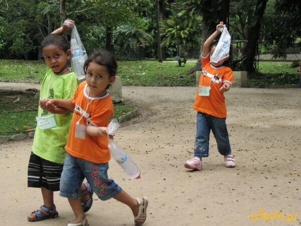 Dzieciaki w ogrodzie botanicznym