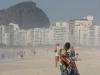 Plaża Copacabana - sprzedawca ręczników na plaży
