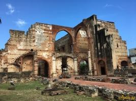 Ruinas del Hospital San Nicolás de Bari znajdują się przy ulicy Calle Hostos. Szpital San Nicolás de Bari był pierwszym szpitalem założonym w Nowym Świecie. Zbudowany w 1503 roku szpital został założony przez Nicolasa de Ovando, który był wtedy namiestnikiem wyspy Hispaniola. W latach swej świetności, szpital obsługiwał ponad 60 osób dziennie ale z nieznanych przyczyn został porzucony w połowie XVIII wieku. Do dziś ze szpitala zostały tylko imponujące ruiny , które można zwiedzać bezpłatnie.