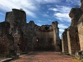 Ruinas de San Francisco znajdują się przy ulicy Calle Emiliano Tejera. Klasztor św. Franciszka to kolejny z najstarszych budynków wzniesionych przez Europejczyków na kontynencie amerykańskim. Uważany jest za pierwszy klasztor w Nowym Świecie gdyż jego budowa zaczęła się w 1508 roku wraz z przybyciem Franciszkanów na Hispaniolę.