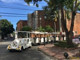 """Zwiedzanie Santo Domingo dla bardziej leniwych odbywa się z wykorzystaniem specjalnej, stylizowanej ciuchci z otwartymi wagonikami (nazywa się to """"Chu Chu"""" albo jakoś tak)."""