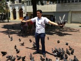 Przy katedrze znajduje się plac Kolumba z jego pomnikiem i mnóstwem gołębi dokarmianych przez miejscowych. Widać współpracę gołębi z miejscowymi.