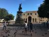 Przy katedrze znajduje się plac Kolumba z jego pomnikiem i mnóstwem gołębi dokarmianych przez miejscowych.