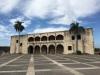Alcázar de Colón. Wybudowany w 1511 roku to dawna rezydencja pierwszego gubernatora wyspy Diego Kolumba, syna Krzysztofa Kolumba odkrywcy Ameryki. Bydynek jest bardzo dobrze zachowany i można go zwiedzać wewnątrz (obecnie mieści muzeum pamiątek z tamtych czasów).