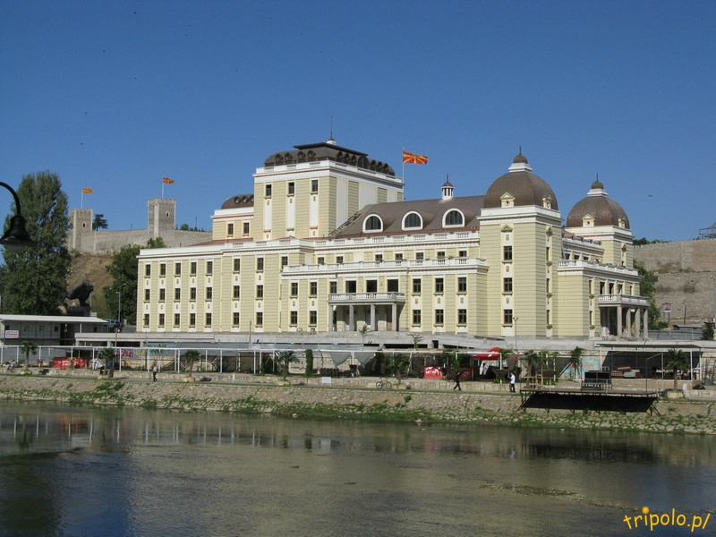Macedonia, Skopje - widok z Kamiennego Mostu na Teatr Narodowy
