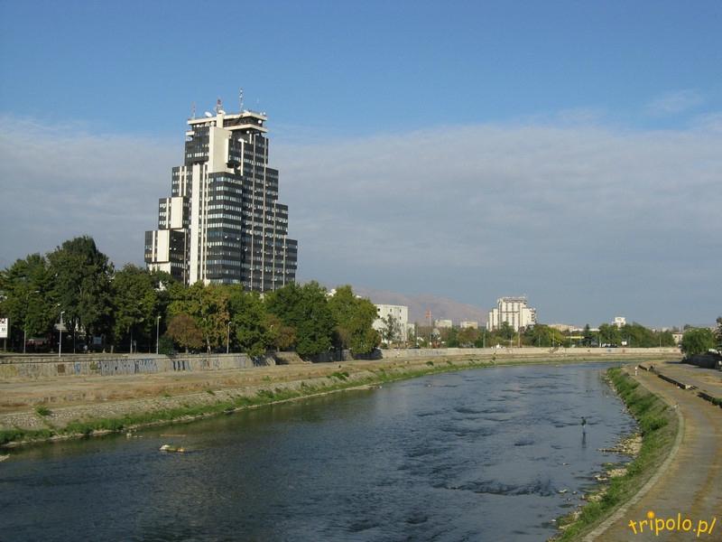 Macedonia, Skopje - rzeka Wardar, w tle gmach telewizji