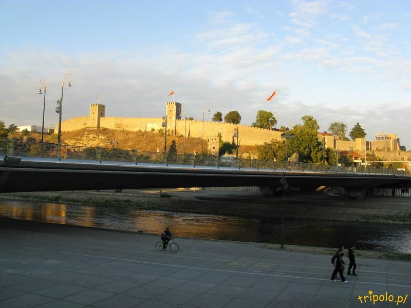 Macedonia, Skopje - rzeka Wardar, w tle forteca Kale
