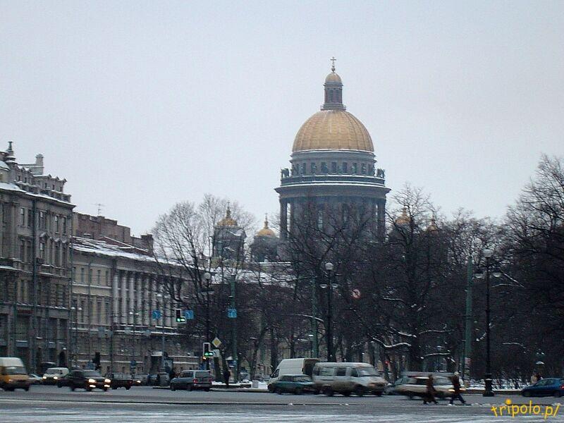 Plac Pałacowy w Sankt Petersburgu - widok na Sobór Izaaka