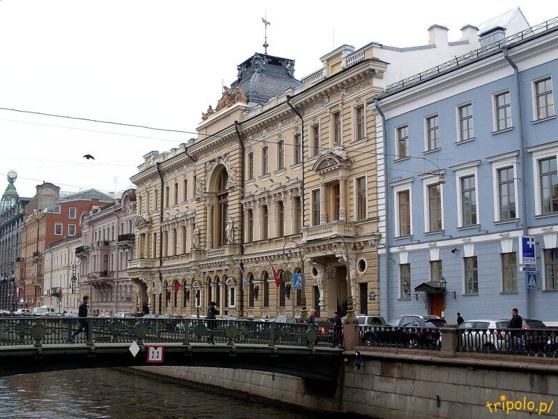 Kamieniczki i pałace nad jednym z kanałów Sankt Petersburga