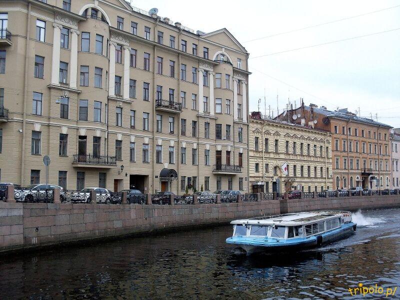 Stateczek z turystami na rzece Mojka
